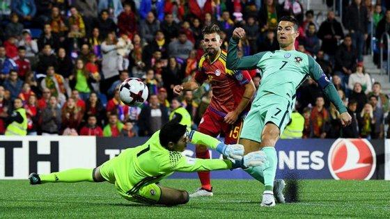 Cristiano Ronaldo fez assim o primeiro golo de Portugal, menos de 20 minutos depois de ter saído do banco de suplentes
