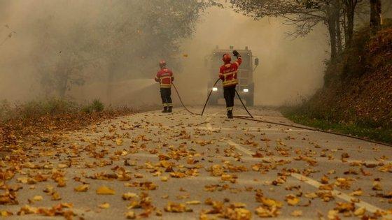 O tempo quente e a situação de seca no país têm levado à propagação de vários incêndios no território nacional desde sexta-feira
