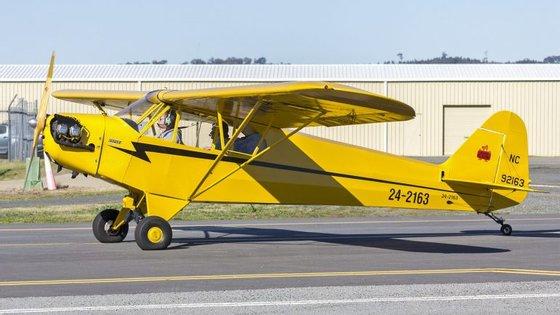 A avioneta que se despenhou é um Piper J3, idêntico ao da fotografia