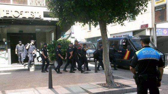 Esta segunda-feira estavam já sete carrinhas da Polícia Nacional estacionadas em frente ao tribunal