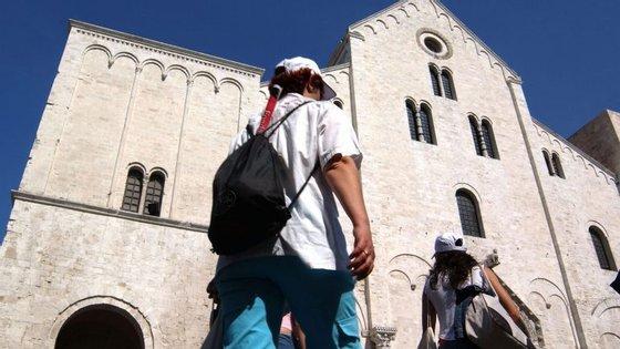 Os restos mortais de São Nicolau estariam expostos na Basílica de São Nicolau, em Bari, em Itália
