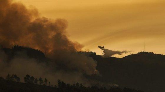O incêndio continua a mobilizar 600 bombeiros, 177 veículos e dois meios aéreos