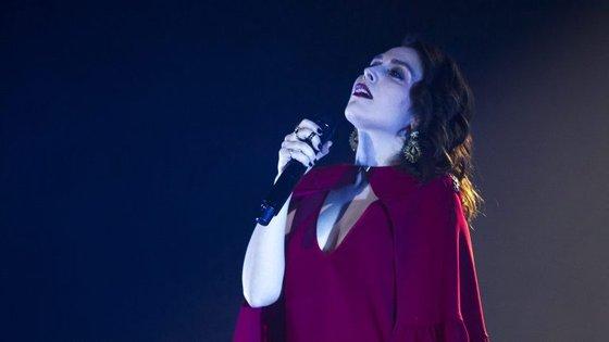"""O álbum contou com a participação de vários artistas convidados, como Miguel Araújo, que assina o primeiro """"single"""", Samuel Úria ou Capicua"""