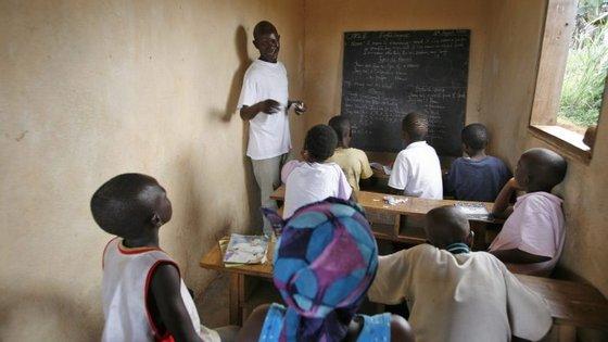 Uma em duas crianças africanas que estão no terceiro ano de escolaridade não sabem ler nem escrever
