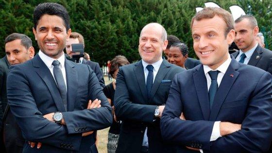 Nasser al-Khelaïfi, à esquerda, com o português Antero Henrique, diretor desportivo do PSG, e o presidente francês, Emmanuel Macron