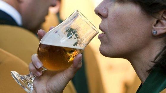 Carga fiscal sobre a cerveja será agravada, mas permanece inalterada no vinho, assinalam os produtores