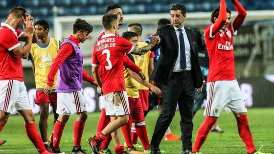 Rui Vitória e jogadores do Benfica agradecem ao público após um jogo onde o resultado foi melhor do que a exibição