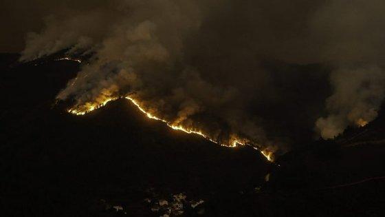 oO incêndio que deflagrou às 23h00 de sábado no distrito de Viseu mobilizava 76 operacionais e 23 viaturas