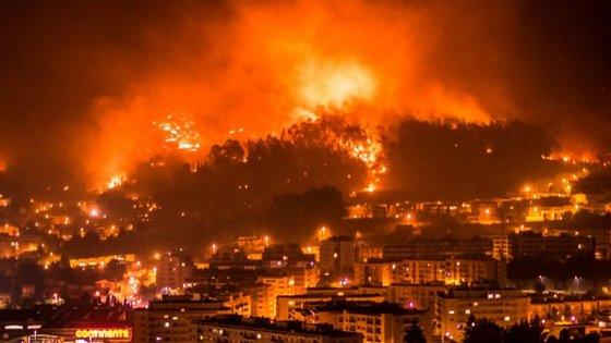 A imagem mostra o incêndio que lavra em Braga.