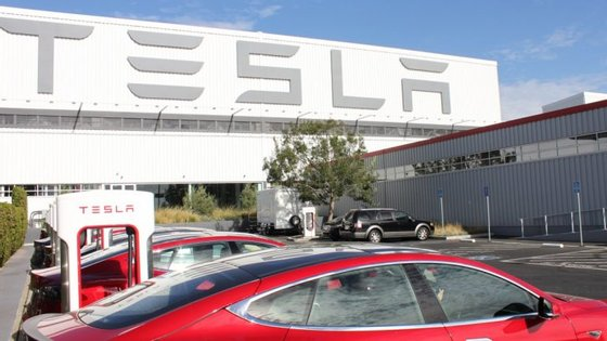 O fabricante americano continua a não conseguir aumentar a velocidade de produção do novo Model 3 como gostaria, mas afirma que estes despedimentos têm a ver com as avaliações regulares de desempenho e que serão rapidamente substituídos
