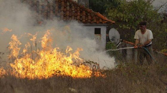 A GNR aconselha as pessoas a extinguirem o fogo com pás, enxadas ou ramos se estiverem próximo do incêndio e se não correrem perigo
