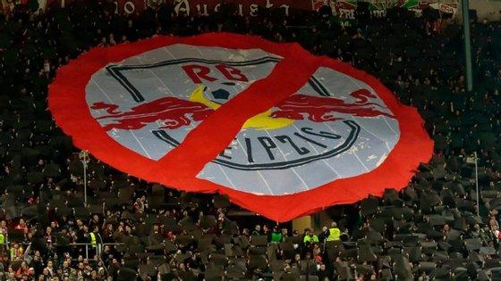 Cartazes anti-RB Leipzig são frequentes nos recintos alemães, sobretudo quando a equipa estava na 2.ª Divisão