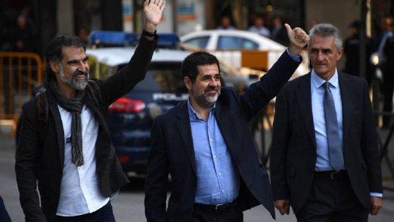 Jordi Cuixart, à esquerda, e Jordi Sànchez, à direita, à chegada ao tribunal