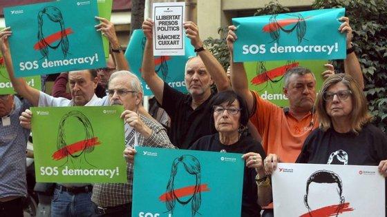 As detenções surgiram após Madrid ter avançado com um novo prazo ao líder dos separatistas, Puigdemont