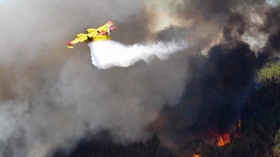 As centenas de incêndios que deflagraram no domingo, o pior dia de fogos do ano segundo as autoridades, provocaram 42 mortos