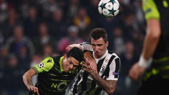 Mandzukic antecipa-se a Jonathan Silva após cruzamento de Douglas Costa, no lance do segundo golo da Juventus