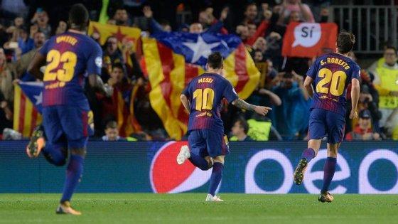 Leo Messi festeja o 100.º golo nas provas europeias num Camp Nou onde a parte política voltou a estar bem visível