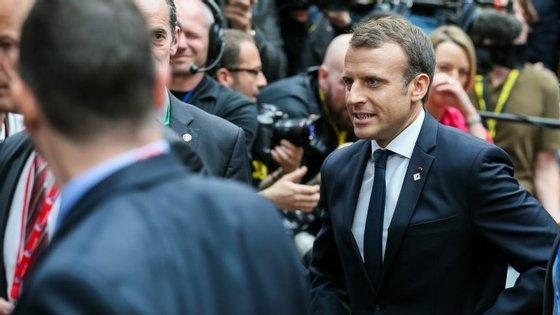 """À entrada do Conselho Europeu, em Bruxelas, Macron defendeu uma União Europeia que esteja """"ao lado de Portugal"""""""