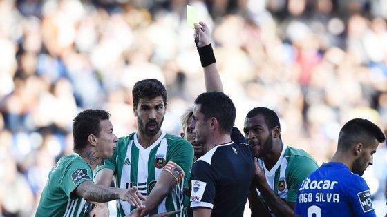 Árbitro portuense Rui Oliveira mostrou o cartão vermelho em três ocasiões