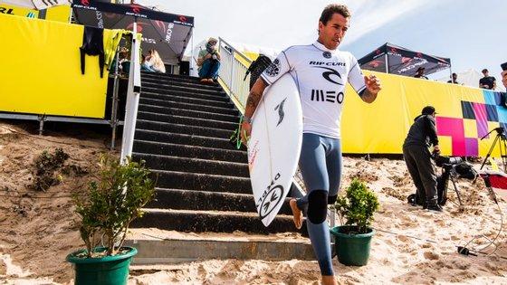 Vasco Ribeiro teve o apoio de uma verdadeira multidão quando saltou para o areal rumo ao heat com o campeão mundial