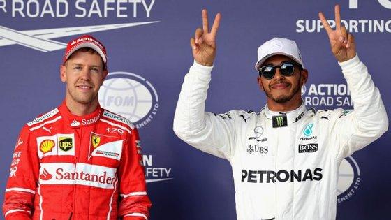 Hamilton celebrou a pole position e a vitória na corrida, mas Vettel continua a aparecer na fotografia deste Mundial de 2017