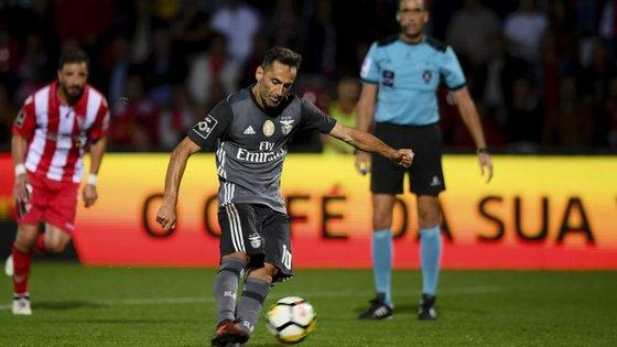 Jonas converteu os dois penáltis na Vila das Aves, o segundo já sem a ajuda do VAR no auxílo ao árbitro Nuno Almeida