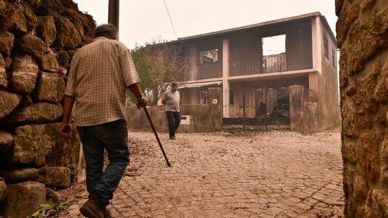 O município de Vouzela abriu na semana passada uma conta bancária solidária para ajudar as vítimas dos incêndios de 15 de outubro