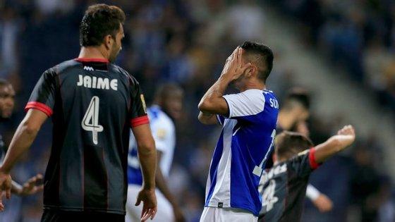 Corona entrou na segunda parte e falhou uma das melhores oportunidades, após assistência de Brahimi