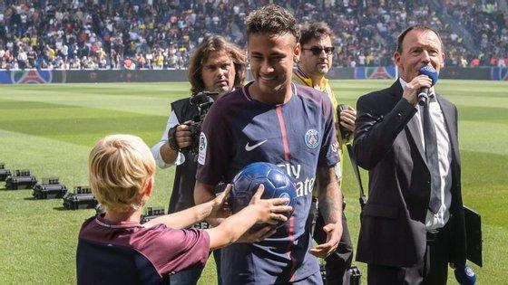 Neymar no dia da apresentação no Parque dos Príncipes. Dois meses e meio depois, é mesmo tratado como um rei