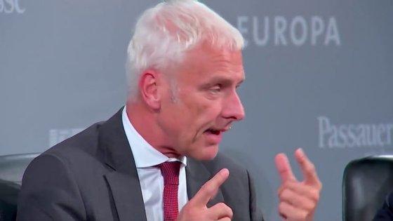 """Matthias Müller, líder do Grupo Volkswagen, atacou forte e feio Elon Musk e a Tesla. E logo no """"Fórum para o Entendimento Internacional"""""""