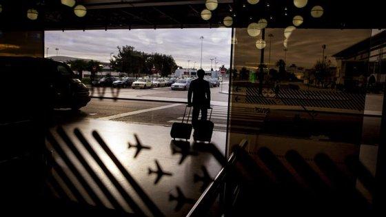 O Serviço de Estrangeiros e Fronteiras intercetou três 'correios de droga' no aeroporto de Lisboa.
