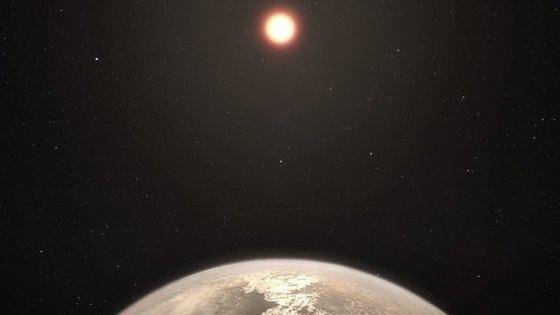 Ross 128 b e, em segundo plano, a estrela-anã vermelha.