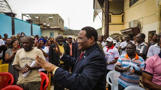 Gabriel Nse Obiang Obono acompanhado pelos apoiantes.
