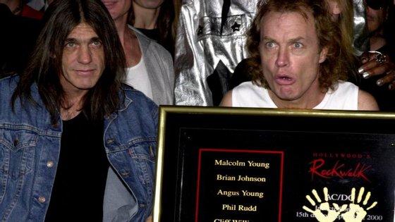 Malcolm Young com o irmão, que também cofundou a banda, Angus Young na cerimónia Rock Walk