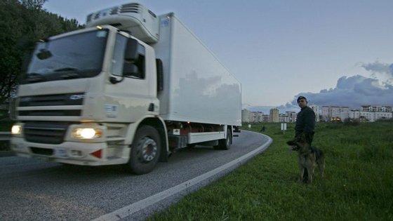 Nos Alpes, pelo menos cinquenta camionistas impediam o acesso ao túnel Fréjus.