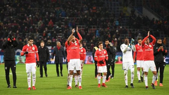 Jogadores do Benfica, aqui a agradecer o apoio dos adeptos na Rússia, somaram a quinta derrota consecutiva