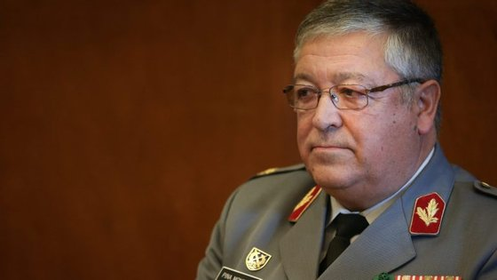 O EMGFA, general Pina Monteiro, telefonou ao general exonerado dois dias depois de ele ter passado à reserva. A data de uma ordem de serviço foi alterada duas vezes no EMGFA