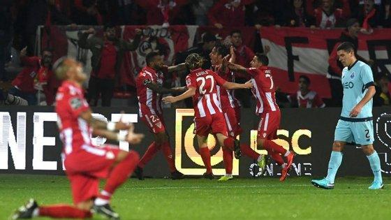 Vítor Gomes e restantes companheiros celebram o empate perante o desalento de Maxi Pereira