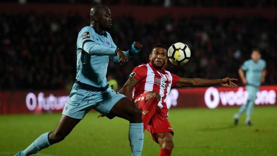 Tocou ou não tocou? Eis a dúvida que separa FC Porto e Benfica no lance entre Danilo e Falcão no Desp. Aves-FC Porto