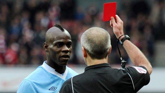 Mario Balotelli ficou furioso com o vermelho no jogo contra o Arsenal e atirou uma bota contra a TV no balneário