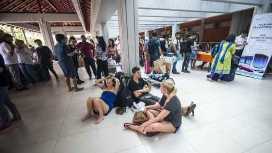 Passageiros aguardam no Aeroporto Internacional Ngurah Rai, em Denpasar, Bali