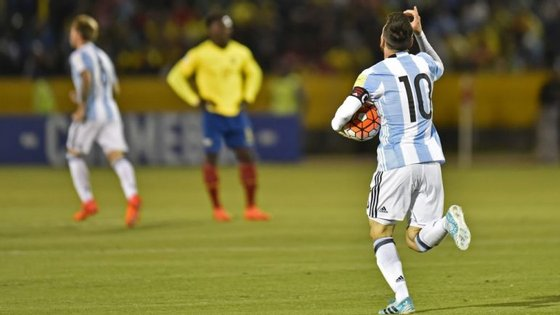No último jogo da qualificação, a Argentina precisava de ganhar; Messi agarrou na bola e fez um hat-trick