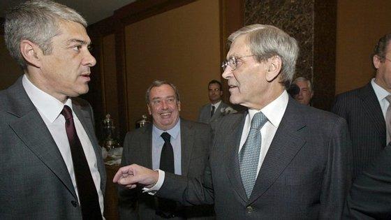 Com José Sócrates, quando este era primeiro-ministro, com Pedro Queiroz Pereira, o investidor que lhe ganhou a Portucel, atrás