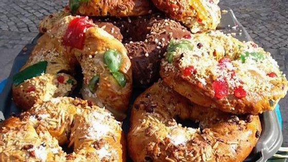 A Padaria Portuguesa afirma que estas imagens dos bolos-rei fogem à política da empresa e lembra que costumam oferecer sobras