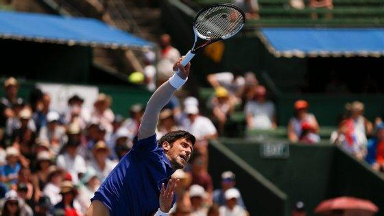 Nole jogou um torneio de exibição antes do Open da Austrália com uma manga elástica e uma nova ténica de serviço