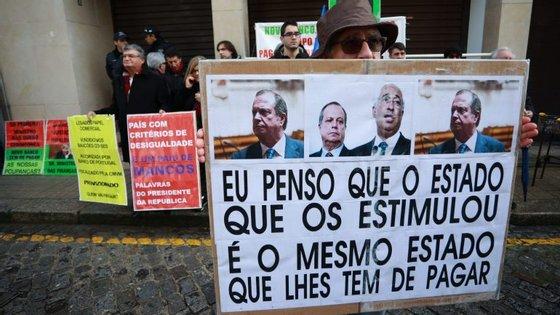 Cerca de 50 lesados estiveram em frente à sede da Federação do PS/Porto