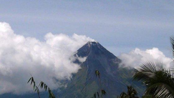 As autoridades aconselharam a população a não se aproximar de um raio de seis quilómetros do vulcão