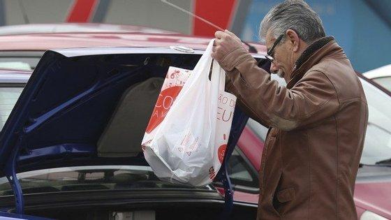 A obrigatoriedade de pagar os sacos de plástico é positiva, mas não chega
