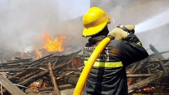 O armazém, que continha no interior produtos inflamáveis, ardeu na totalidade