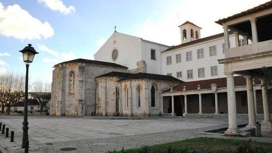 É na igreja do Mosteiro de S. Dinis e S. Bernardo, mais conhecido por Mosteiro de Odivelas, que se encontra sepultado o Rei D. Dinis